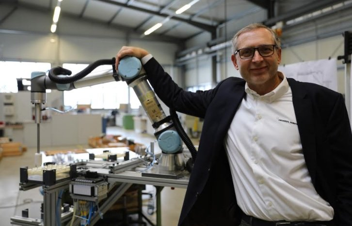 Jürgen Von Hollen, President of Univeral Robots, personally handed over the cobot to VEMA GmbH in Germany